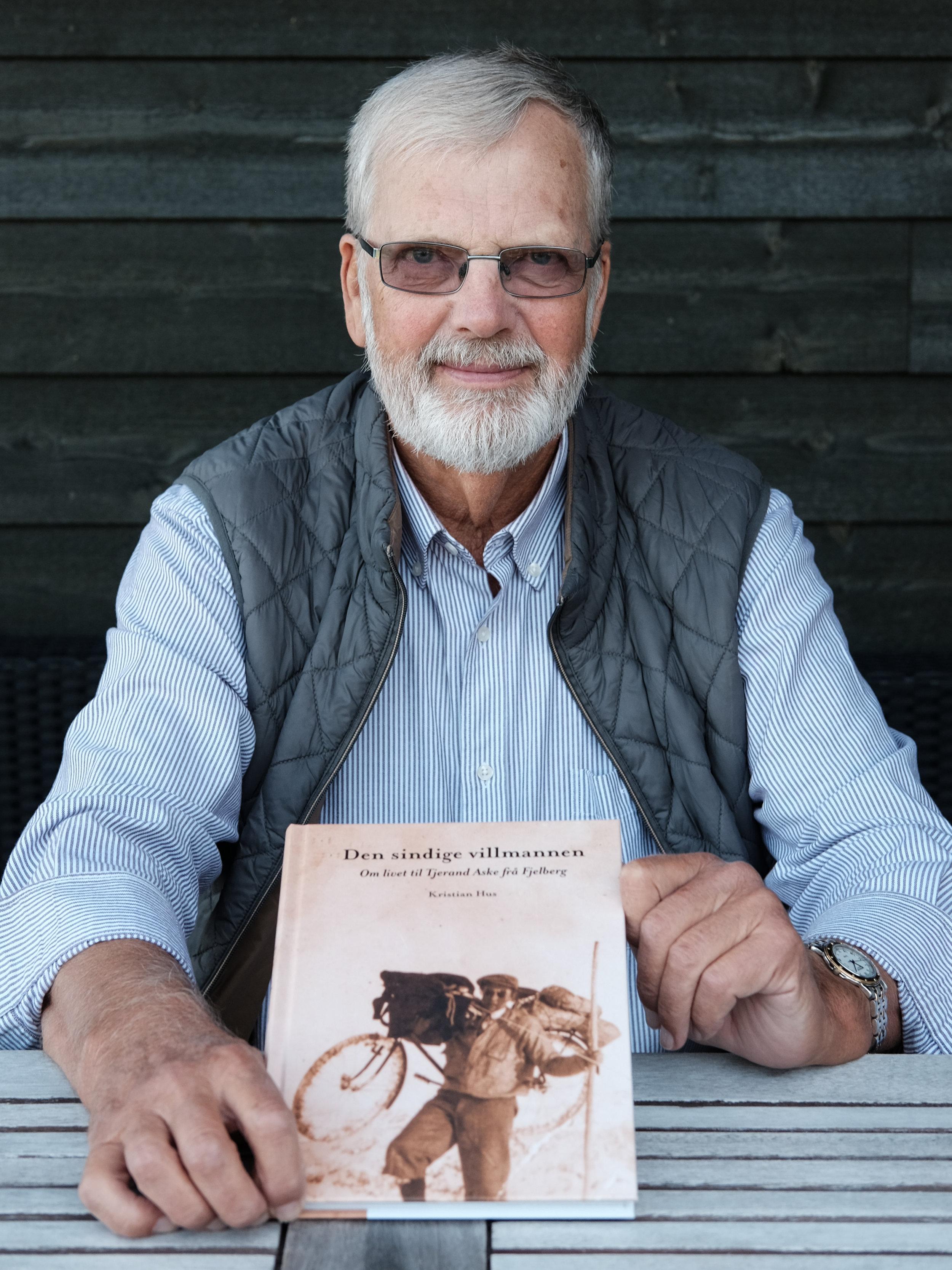 Kristian Hus med bok