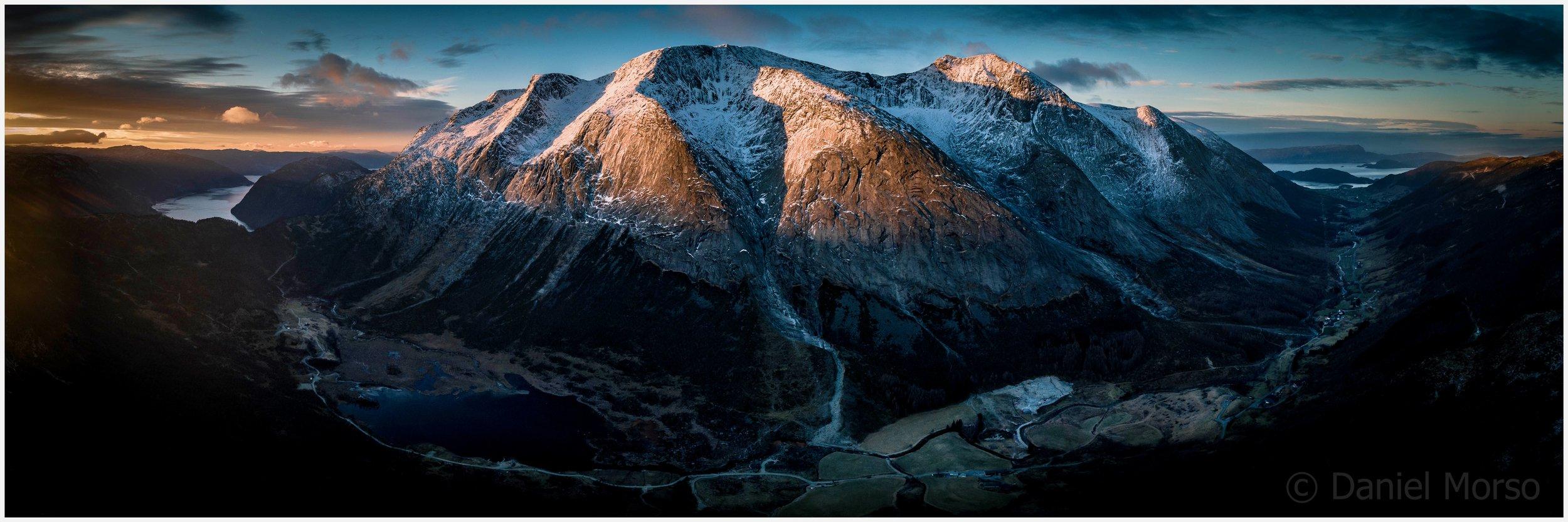 Hobbyfotografen Daniel Morso er stadig vekk på farten med dronen sin rundt omkring i Kvinnherad. Det blir det mange flotte bilete av. Dette er den mektige Ulvanosa (1248 m o.h.) i Uskedalen. Øverst i dalen ligg Fjellandsbøvatnet (191 m o.h.) og til venstre ser vi Matersfjorden.
