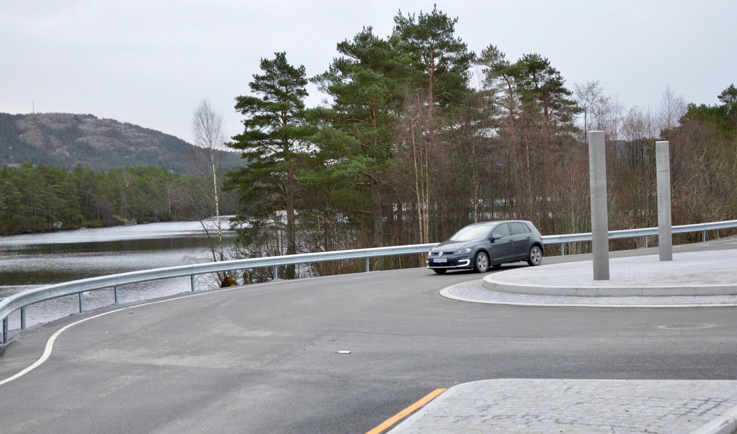 Det er kome autovern ved rundkøyringa i krysset opp til skulane og helsesenteret.