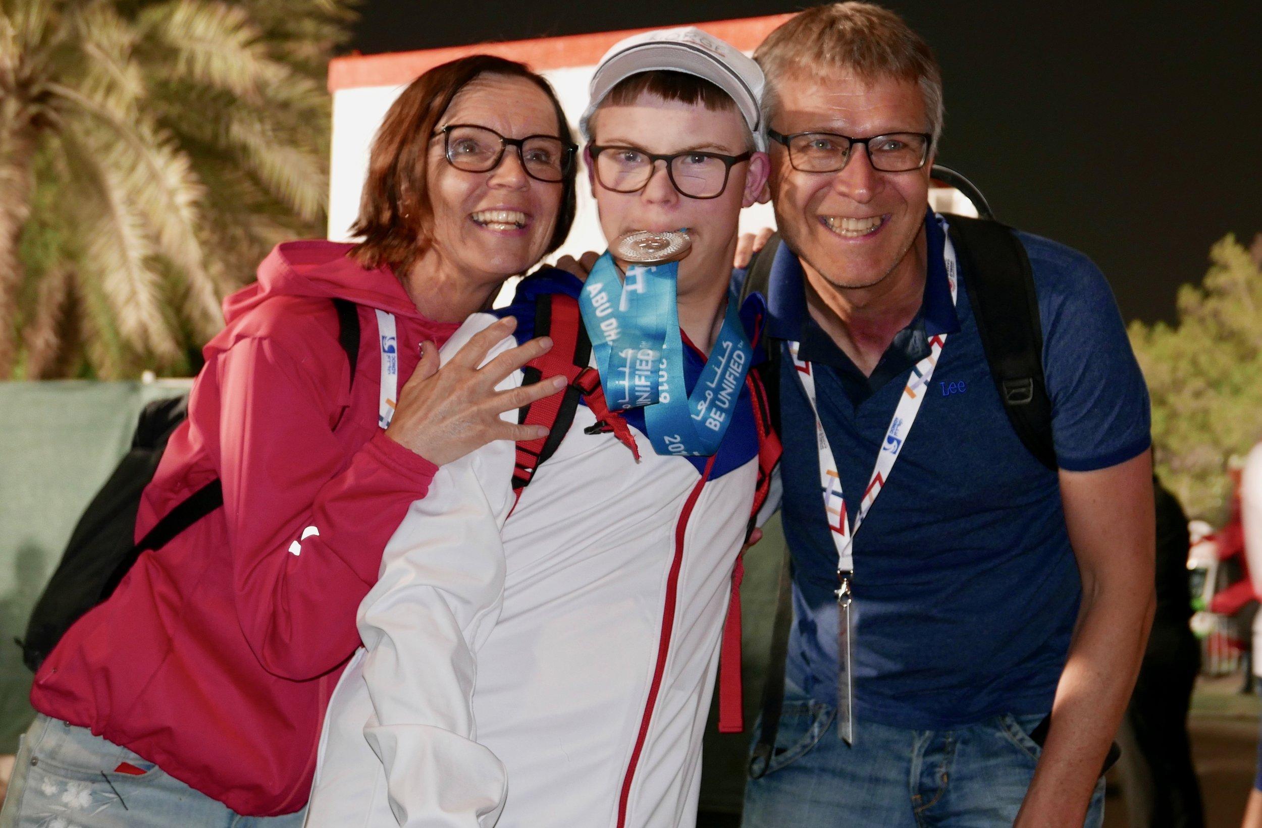 Heine ilag med foreldra sine; Marlen Eide Røssland og Lars Arve Røssland. (Foto: Lars Ivarsøy)