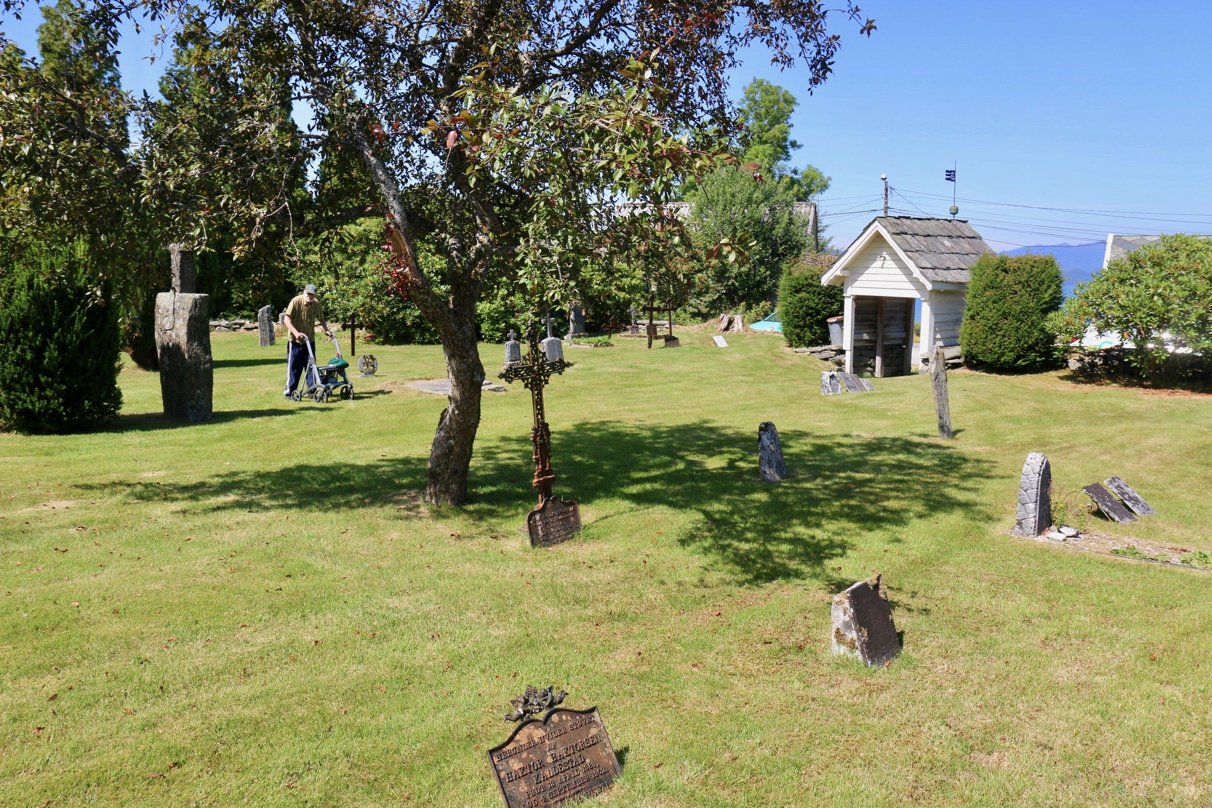 Frå den gamle kyrkjegarden på Kaldestad. (Foto: Morten Nygård)