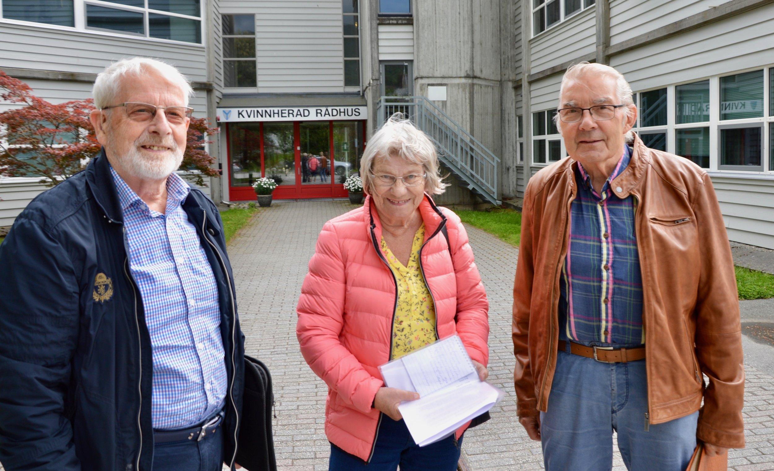 Otto Blokhus, Aud Sigrun Fausk og Roald Teigen i Frivilligsentralen si seniorgruppe gler seg over at arbeidet no ser ut til å vera inne på eit godt spor.