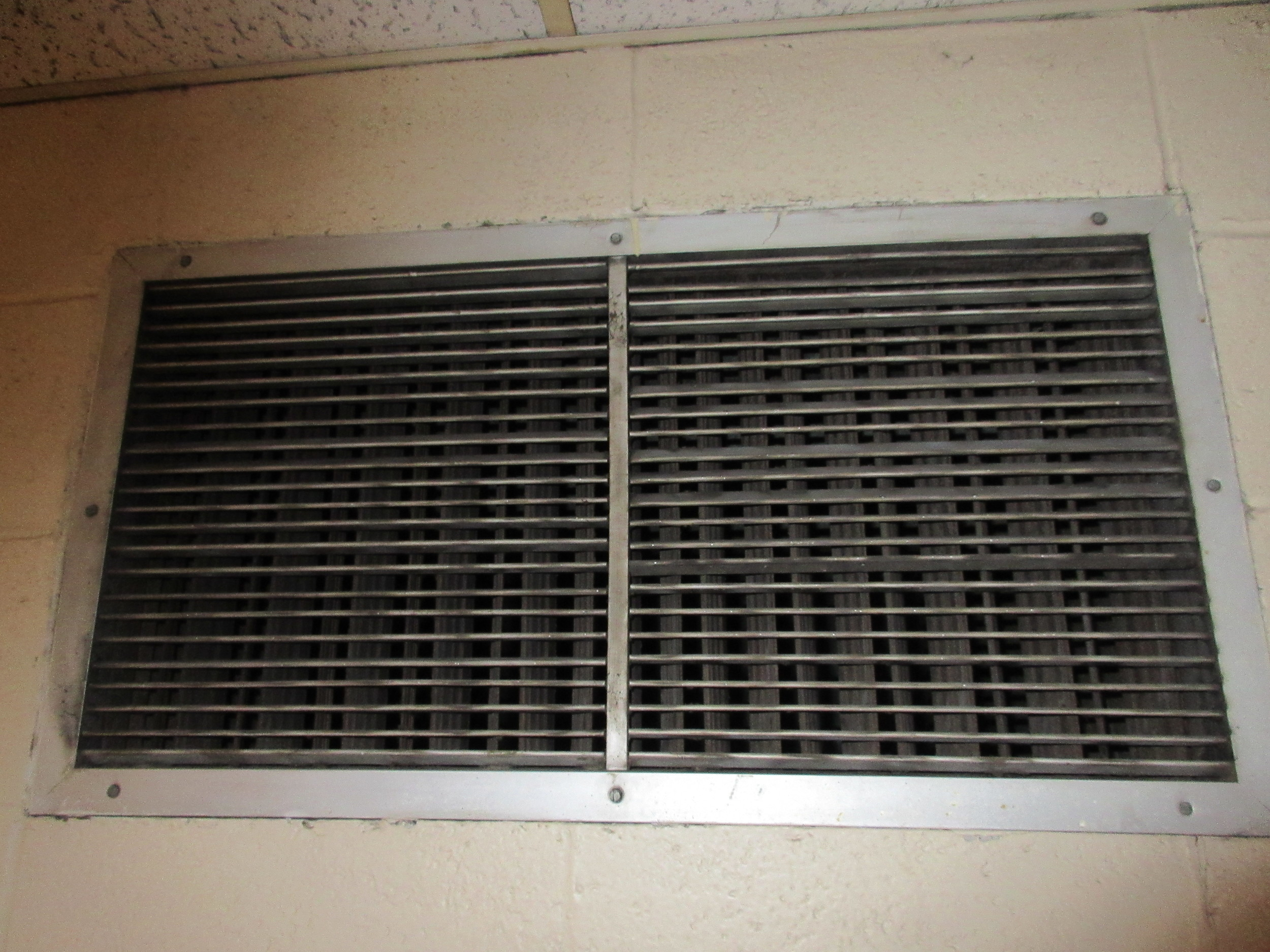8 vent in hallway contributing to mold.JPG