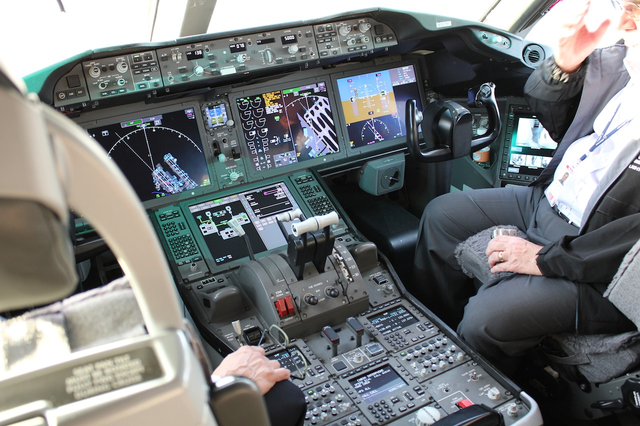Boeing 787 Dreamliner Cockpit Demonstration