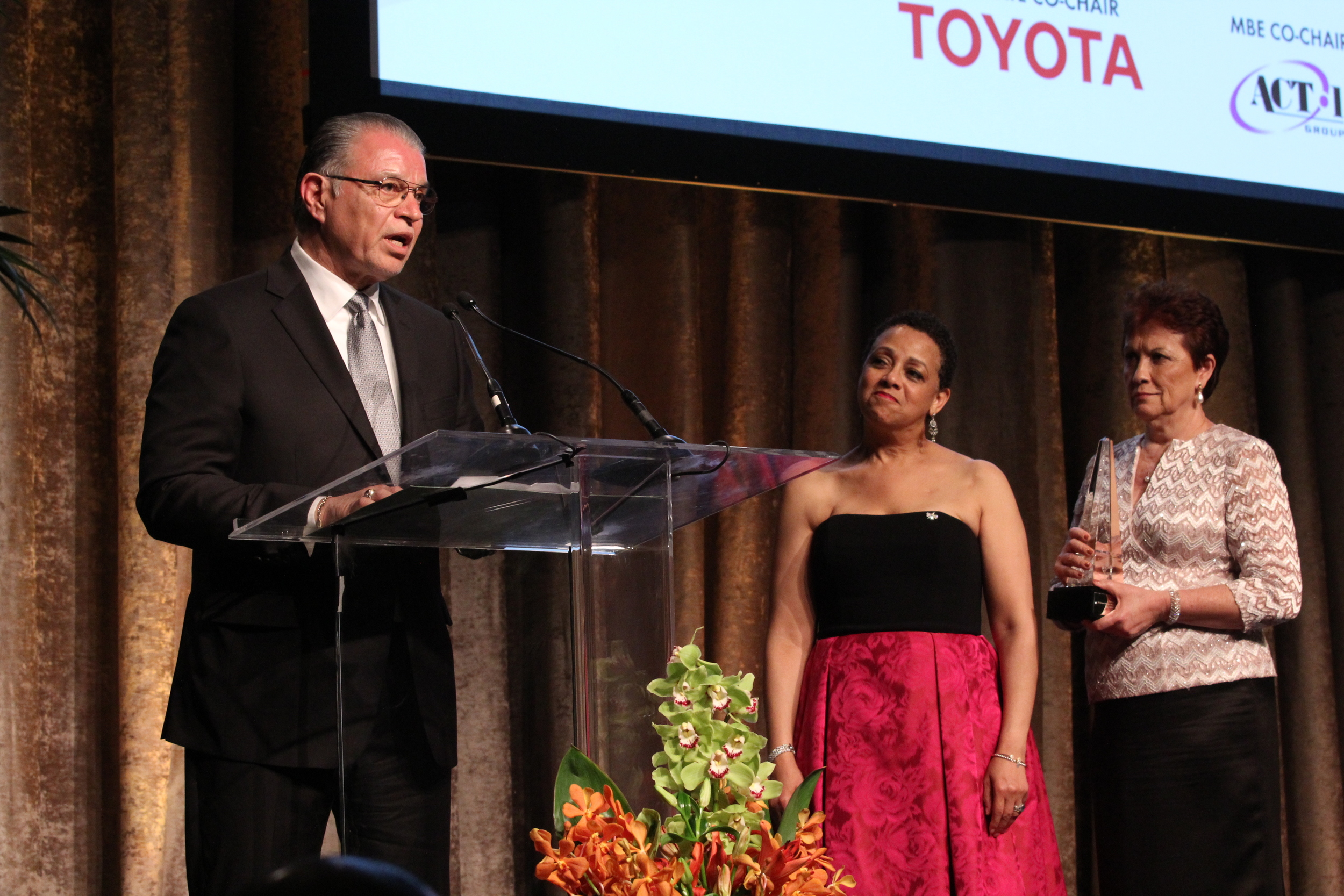 Fernando Martinez accepts the Vanguard Award from National MSDC President Joset Wright-Lacy (left) and Casilda Del Valle, vice president for Finance and Administration