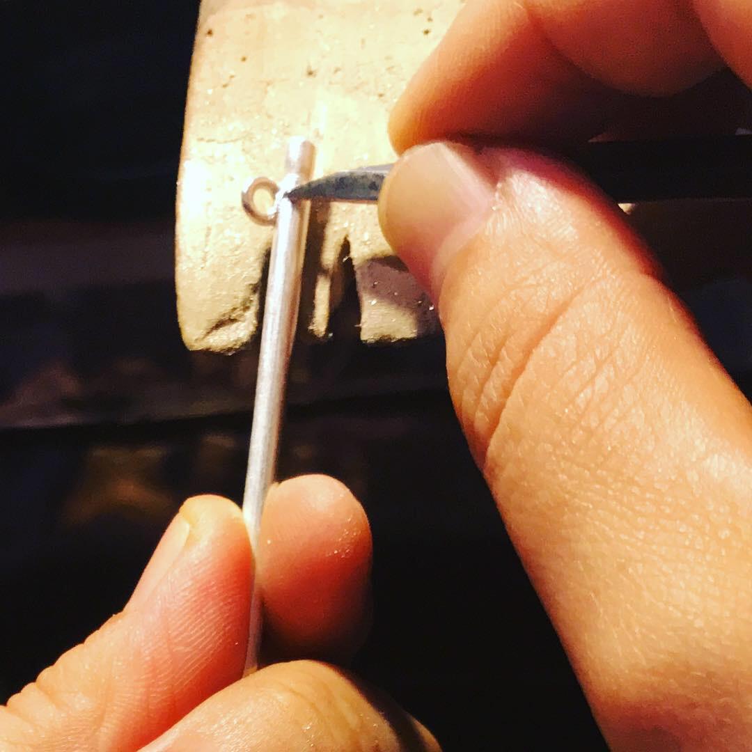 丸環を取り付けて先を削った後、全体をキサゲで磨きます