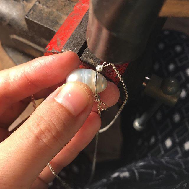 接着剤は一切使いません! 水曜日から自信作の南洋・タヒチ真珠を用いた「ありのままパール」ネックレスシリーズをGallery Shop Si にて展示いたします。 どうぞお越しください。 www.galleryshopsi.com . #pearljewelry #パールジュエリー #タヒチパール  #るびじゅ工房 #菊地ルイ #ruikikuchi #atelierrubijoux #recycledsilver  #リサイクルシルバー #リサイクル金属