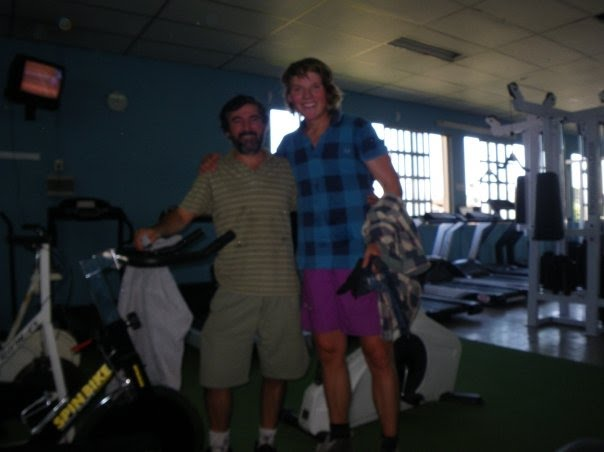 Fitness in the local fitness center together with Karens' dad, Daniel. Great fun!