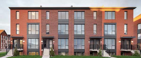 Une des caractéristiques d'un projet LEED habitations Certifié, un fenêtrage généreux et de haute qualité. Crédit : Sotramont