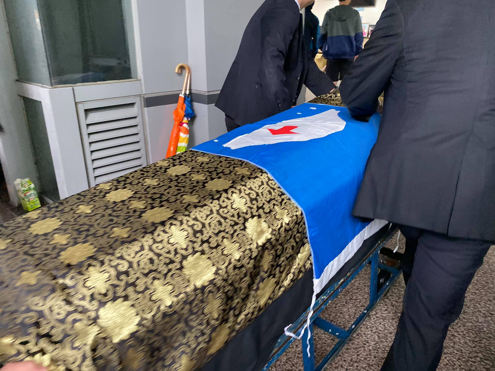 Su Beng's casket with a flag he designed for his group, the Taiwan Independence Association (Photo courtesy of   Jessie Chen  )