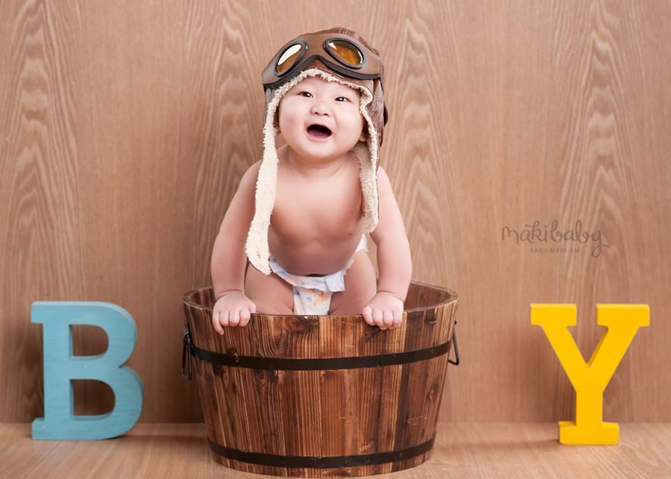 Chụp ảnh cho bé trai. Ảnh: MAKI Baby.