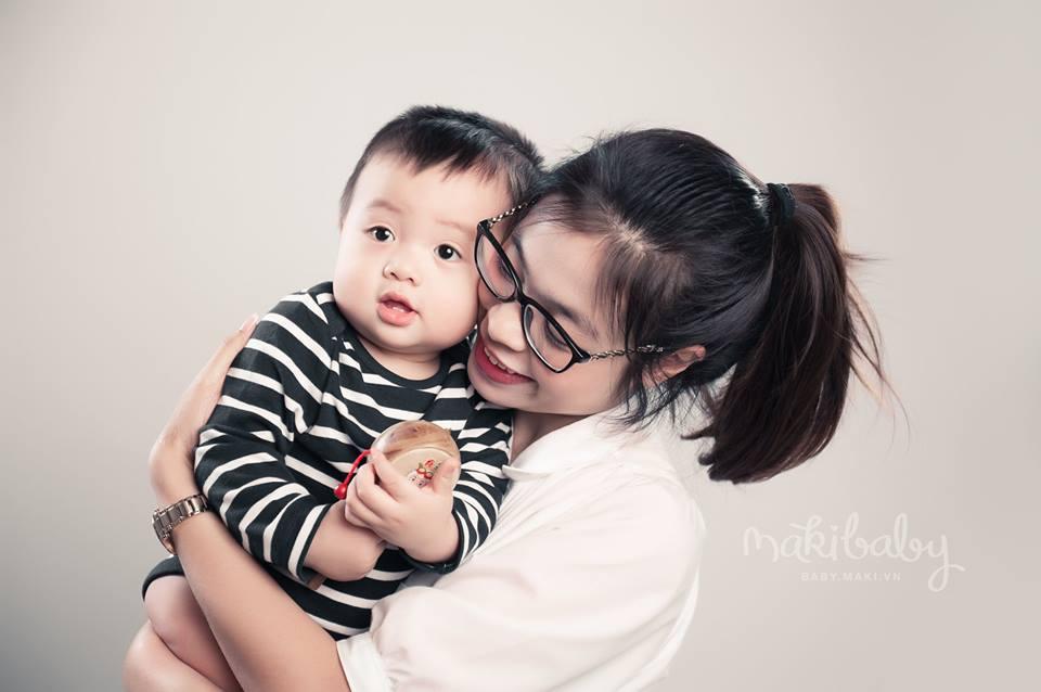 Chụp hình cho mẹ và bé. Ảnh: MAKI Baby