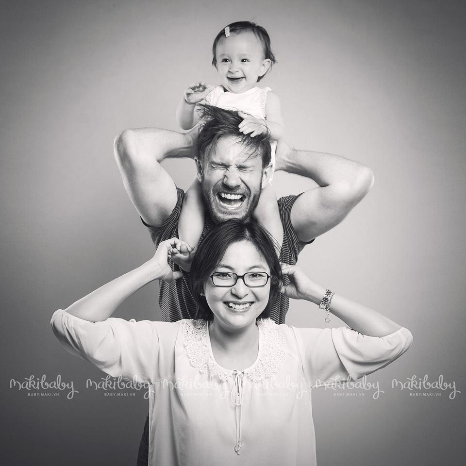 Chụp ảnh gia đình cùng bé con. Ảnh: MAKI Baby