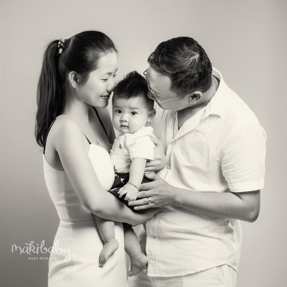 Chụp ảnh gia đình cùng bé yêu. Ảnh: MAKI Baby
