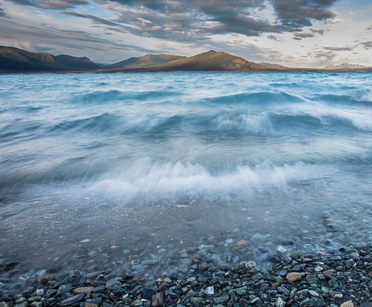 Вода добре підходить для переднього плану. У знімку озера з хвилями вода відіграє подвійну роль - забезпечує колір й інтерес, а текстура нагадує гори на задньому плані.