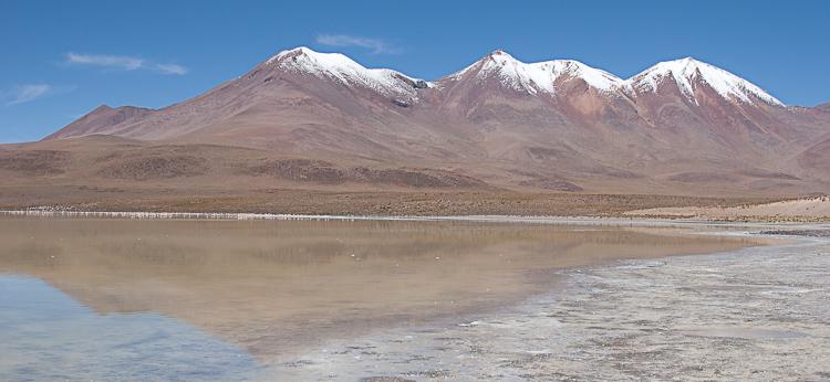 Болівійські гори в ранішньому приекваторіальному сонячному світлі. В кольорі виглядає не дуже добре