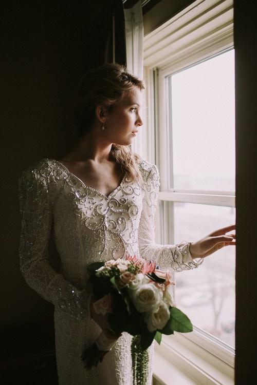 Ця наречена повернута обличчям до вікна і її профіль рівномірно освітлений. Але темні штори позаду неї роблять фон майже чорним. Мені подобається ця драма між світлом і темрявою, як на цьому фото. Це досягаєтьсярозміщеннямсуб'єктав спеціальномумісці.
