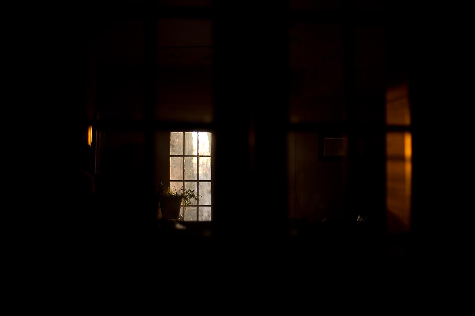 Підвал, золота година, західне вікно