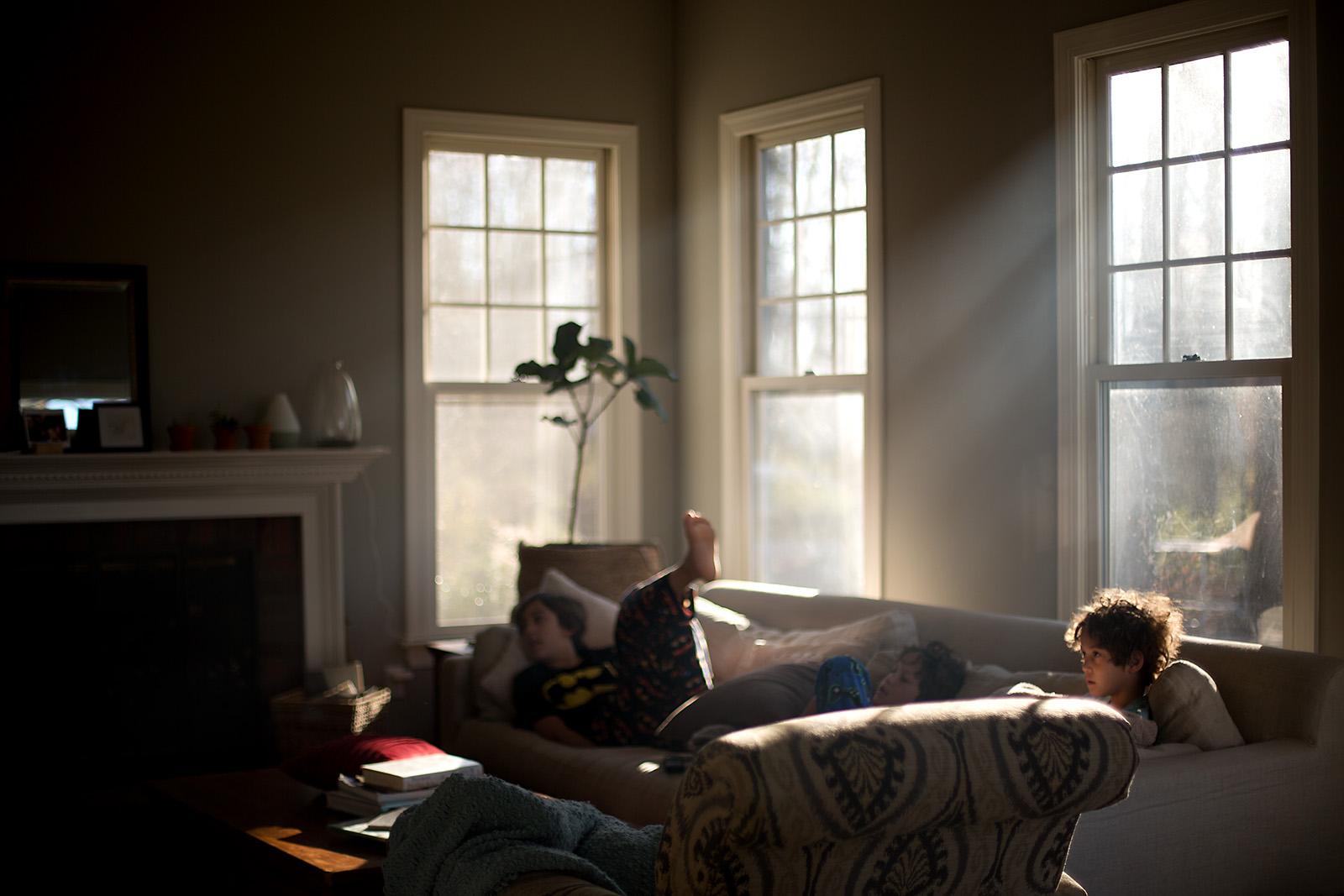 Вітальня, ранній ранок, південне та східне вікна (спеціально недоекспонований кадр)