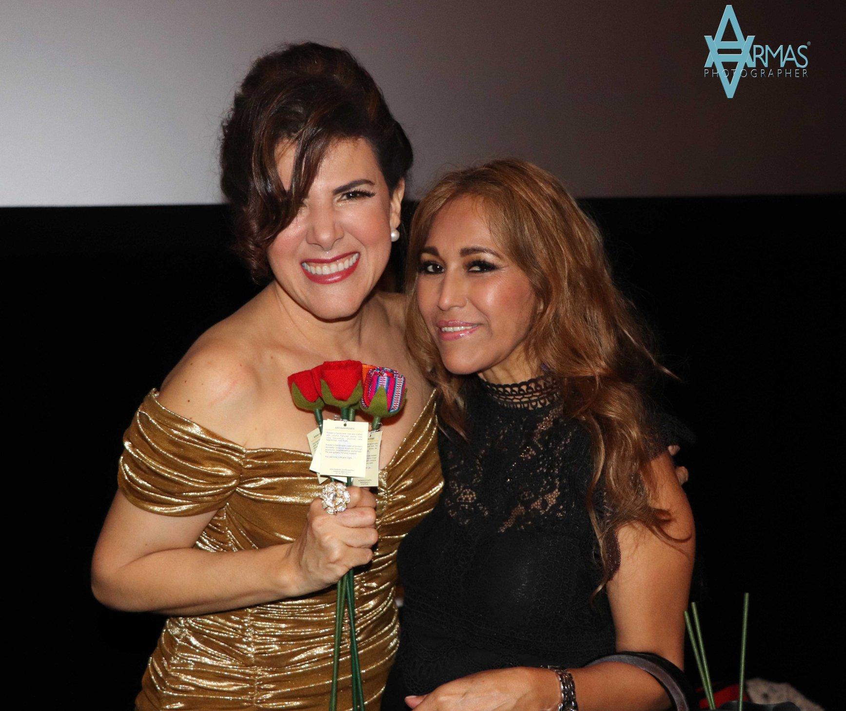 Rosalinda y amiga y flor.jpg
