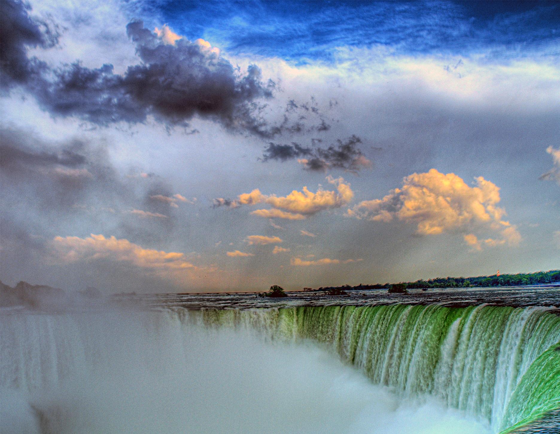 Photo by paul bica, Niagara Falls,  CC BY 2.0,    v ia Wikimedia Commons