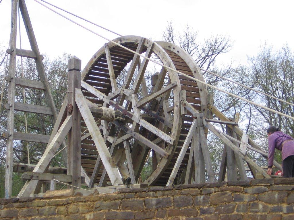Une cage à écureuils au chantier médiéval de Guédelon By Stefdn (Own work) [GFDL (http://www.gnu.org/copyleft/fdl.html) or CC BY 3.0 (http://creativecommons.org/licenses/by/3.0)], via Wikimedia Commons