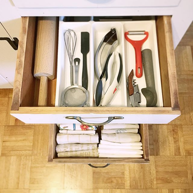 Simple changes can make a major difference😅 For example: an IKEA utensil tray and some good ol' file folding!  #oldspacenewspace #homeorganizing #homeorganizer #professionalorganizer #containedhomeorganizer #organizedlife #organizedkitchen #kitchengoals #kitchenorganization #filefolding #drawerorganization
