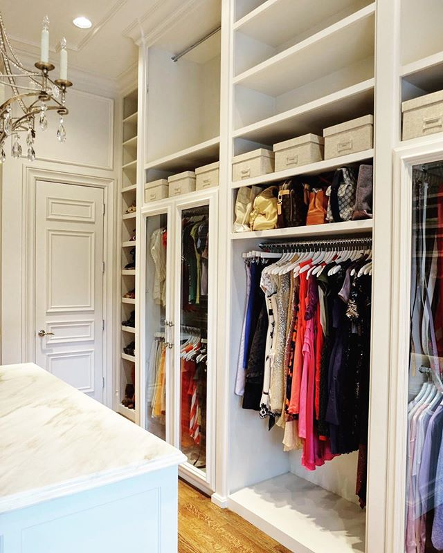 Chandelier in your closet, anyone? 💁🏼♀️This was a project from quite a while ago, but it's still very nice to look back at it 🙃🤩 #oldspacenewspace #tbt #closetgoals #closetorganizer #organizedcloset #closetdesign #closetdecor #luxurycloset #organizedlife #homeorganizer #homeorganizing #containedhomeorganizer