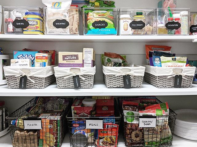 These labels were the cutest! We love using a mix of containers for different items in the pantry, and limiting them to one kind per shelf is easier on the 👀. #pantrygoals #organizedpantry #pantryorganization #organizingtips #homeorganizing #containedhomeorganizer  #containyourself #containyourkitchen #oldspacenewspace