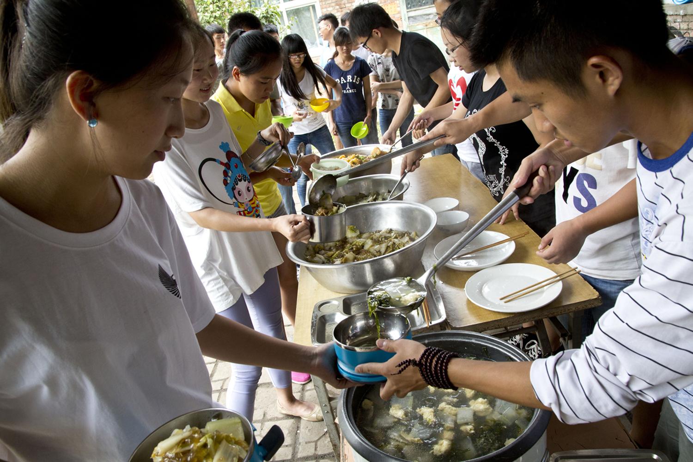A pranzo, nel Centro di ricostruzione rurale