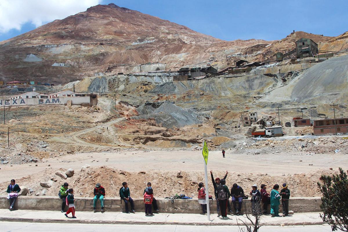 Studenti in attesa dello scuola-bus a Potosì, nel Cerro Rico