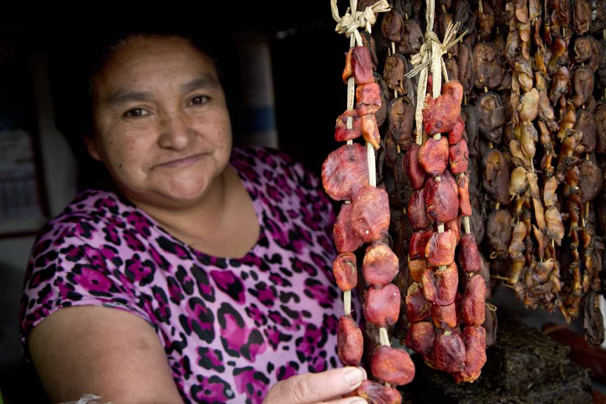 Una venditrice di molluschi essicati, a Puerto Natales