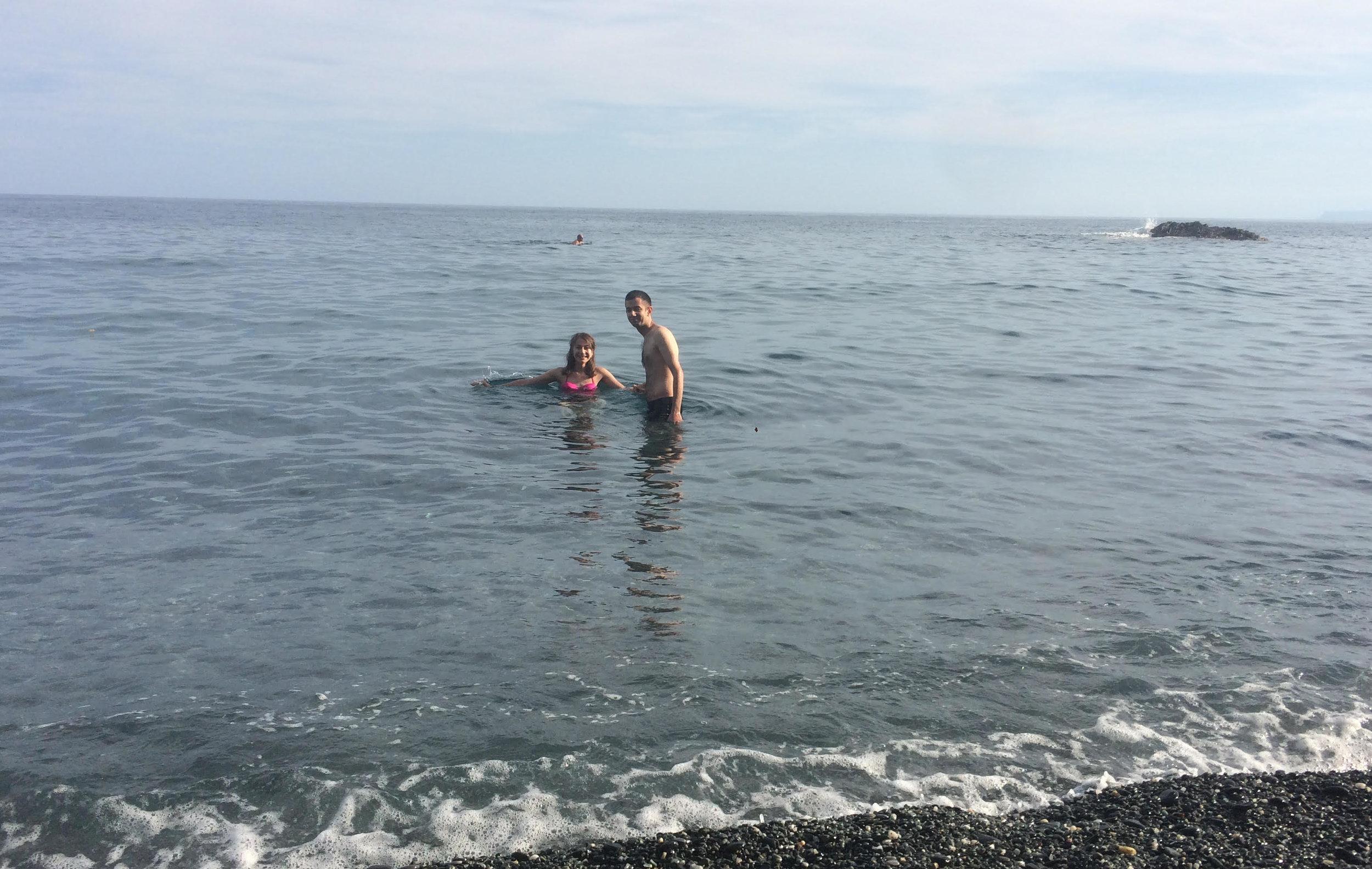 La prima volta di Nilufar in mare, a Genova Vesima