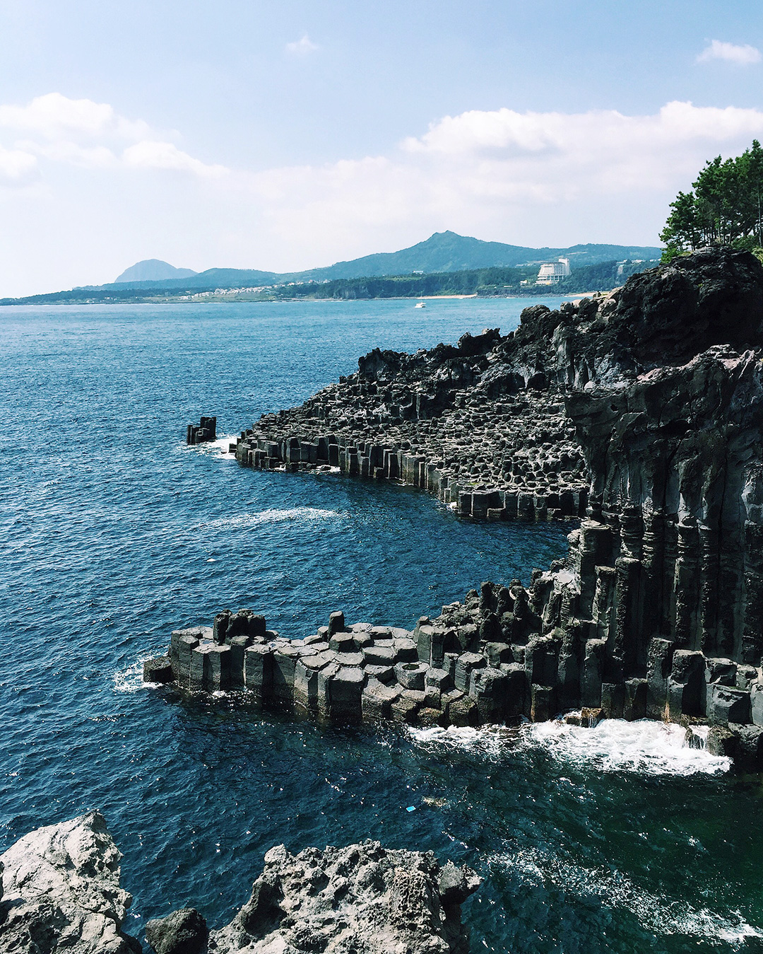 Breathtaking views of the Jusangjeolli Cliff that was formed when volcanic lava cooled and naturally formed pentagnal pillars.