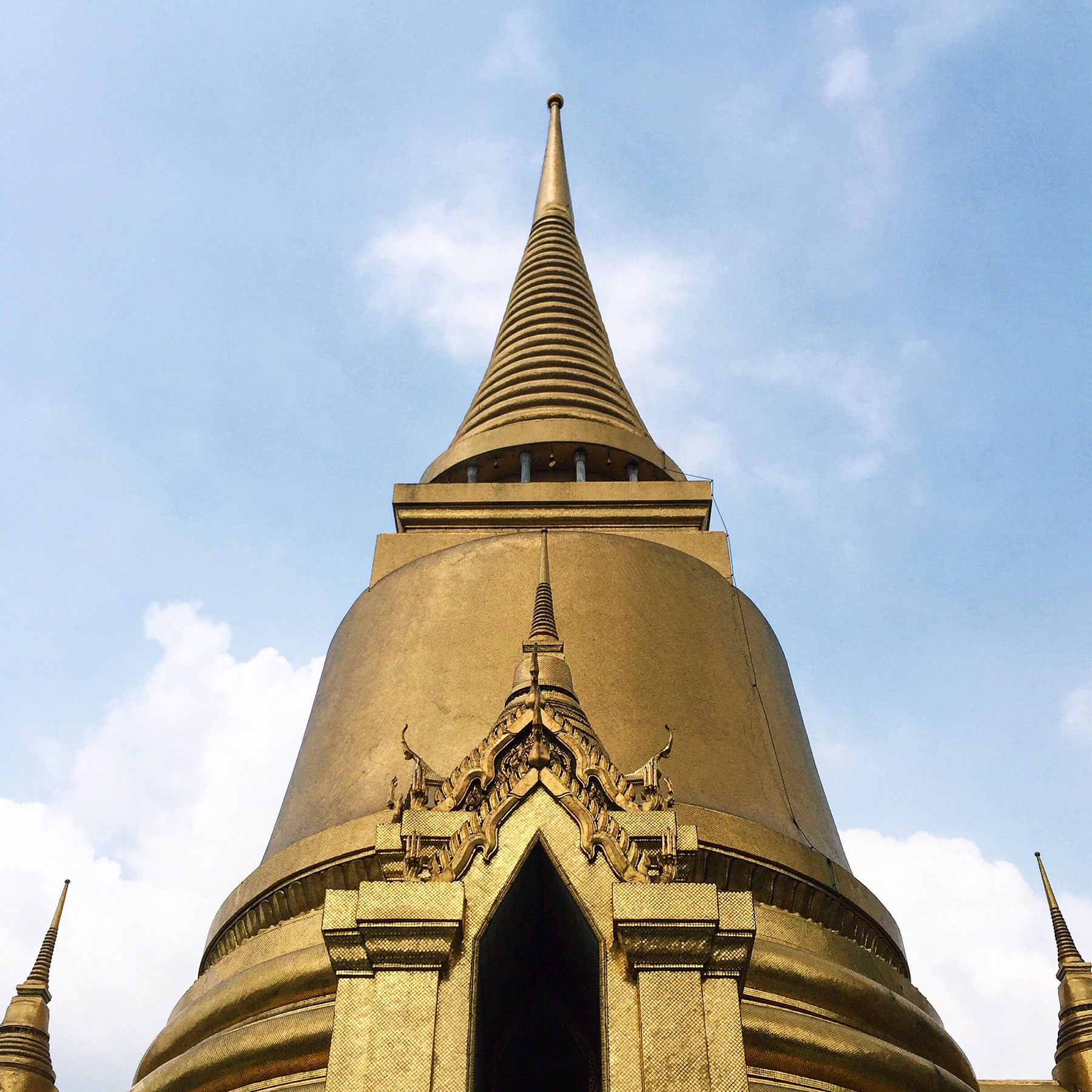 The Phra Sri Rattana Chedi in Sri Lankan style.