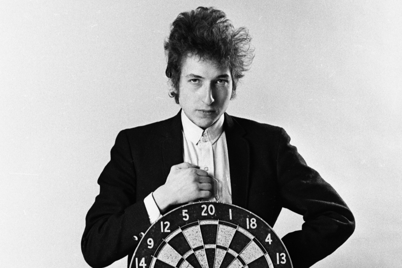 SM_640827-42-14_%283%29_Bob_Dylan_With_Dartboard_NYC_1965_Daniel_Kramer_copy_-_Copy_1290_947.jpg