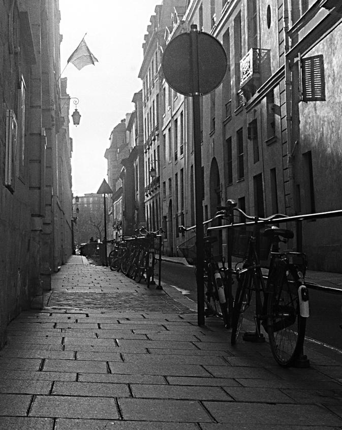 3 - 6 old street in ils de la cite w bikes alt.jpg