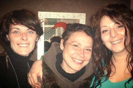 Céline Dubernard et Lætitia Cantet entourent Joëlle. (Photo N. P.)