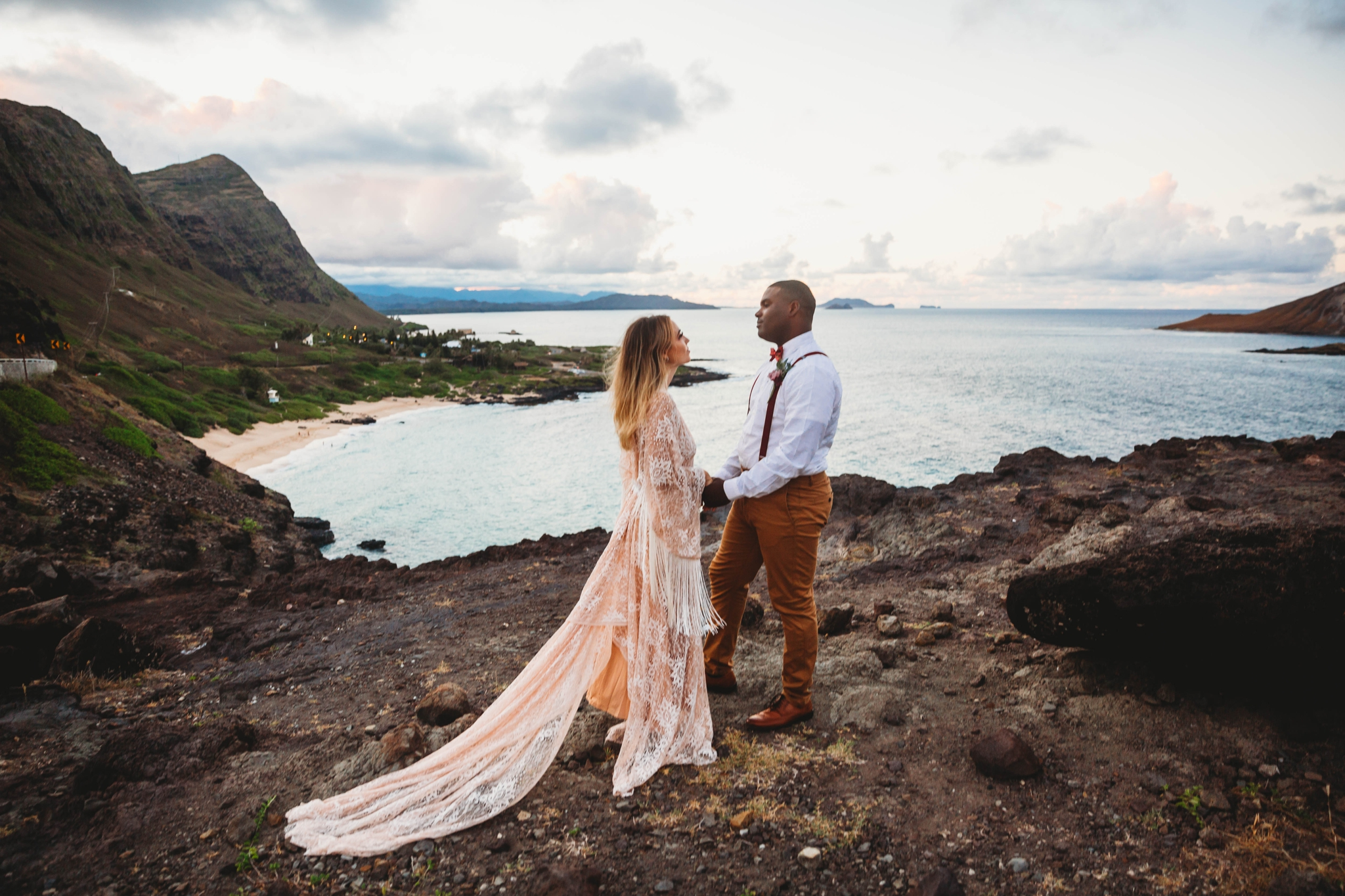 wedding ceremony at Makapuu Lookout overlooking the ocean and beach, Waimanalo, HI - Oahu Hawaii Engagement Photographer - Bride in a flowy fringe boho wedding dress - lanikai lookout - deutsche hochzeits fotografin in hawaii - smal1 - dark and moody - true to live