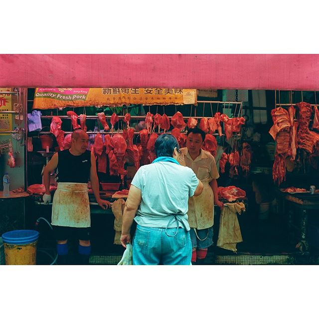 Et deux rognons pour la 2 !  Only color #Red for our #filmphotography project #35mmdiaries — A documentary of an ordinary life, shot on film.  #leicam6 and #kodakgold200 - scan and dev @meteorleica #hongkong #2019  Stay tuned for upcoming entries :-) 🎞 #film #analogphotography #kodak #kodakp3200tmax #leica #onabags #sailorstrap #cocacola #red #colour #drink #bar #hk #asia #travelpicture #dowhatyoulove #photographer #project #summicron50mm
