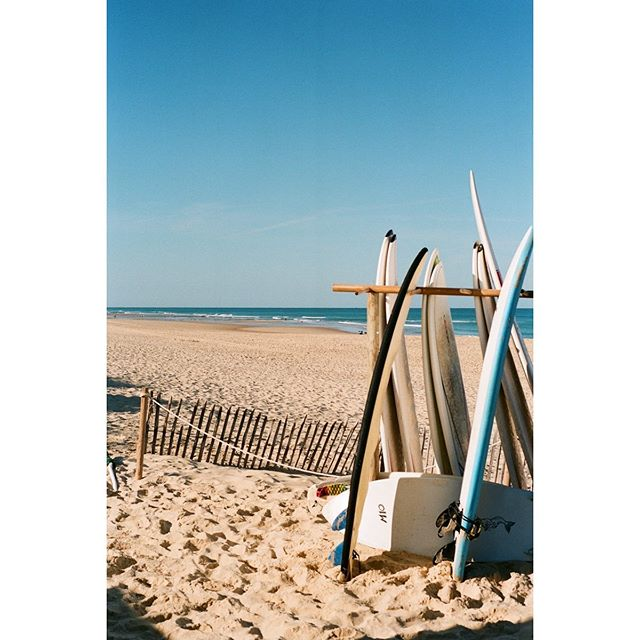 oh mama I want to go surfing .. oh mama I don't care about nothin' !  restful ... // 2019 summer in France #35mmdiairies  A film photography documentary of an ordinary life - 📸 shot on #leicam6  and #superia400 🎞 scan and dev @showa_f  #analogphotography #filmgrain #filmphotography #france #voyage #plage #travel #sky #documentaryphotography #vespapx200 #mehari #filmcamera #vintage #car #doc #surf #life
