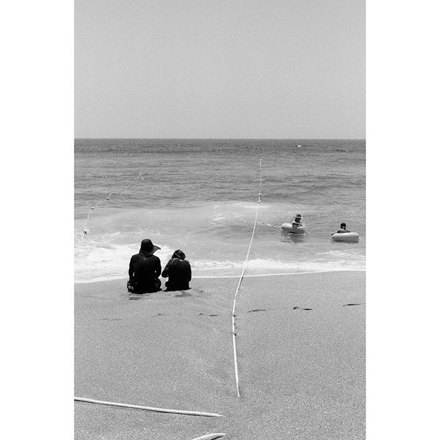 A trip to #jeju #island in #korea -  #35mmdiairies is a film photography documentary about life - sharing original or everyday scenarios .  Stay tuned for upcoming posts 📸Shot on #leicam6 using 🎞#ilforddelta100  Scan and dev by @showa_f  #photographer #filmgrain #surf #vintage #analog #camera #summicron50mm #negativefilm #travel #streetphotography #people #summer #ocean