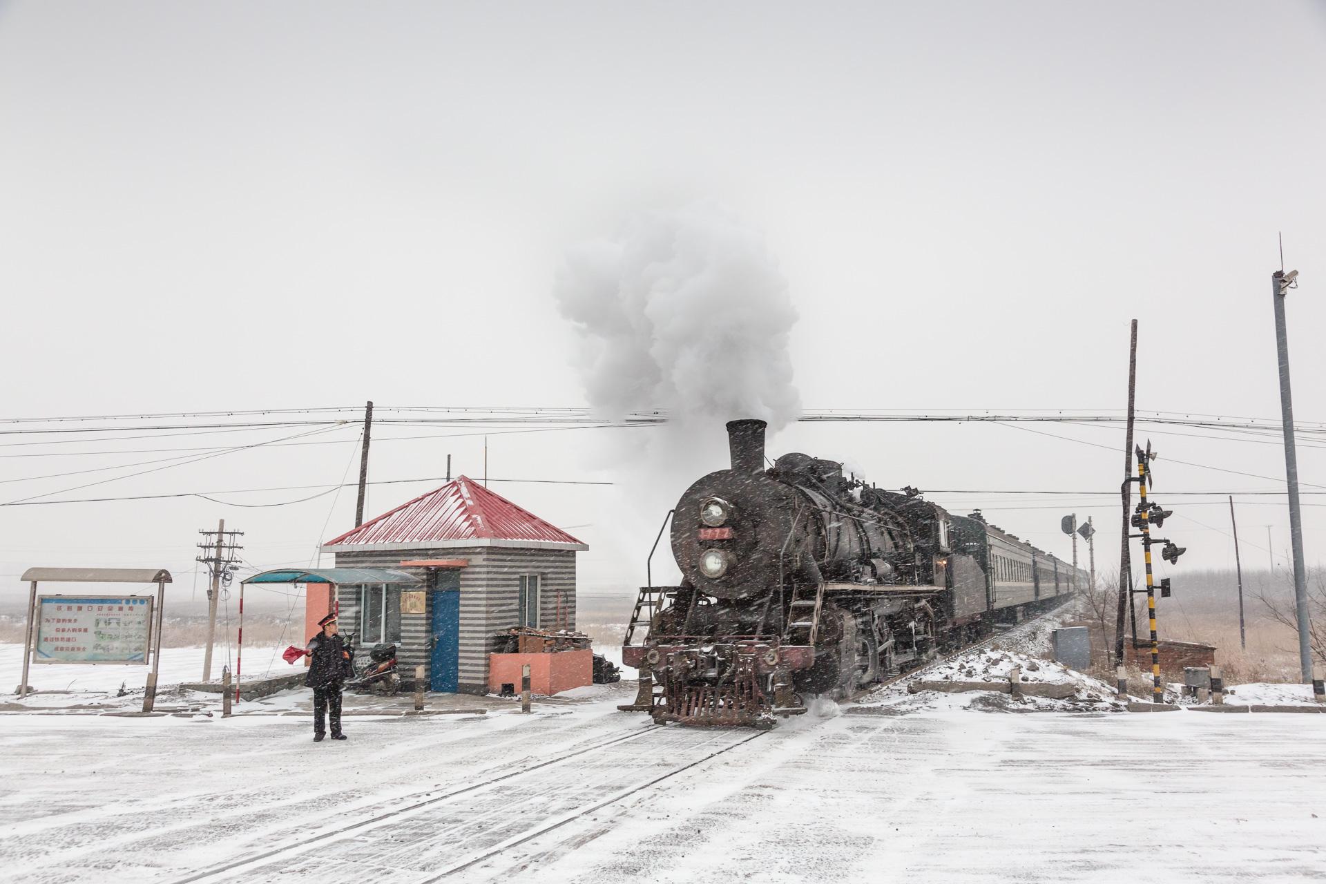 Zug 401 war 2014 einer der letzten dampfgeführten Reisezüge Chinas. SY 1772 führt ihn hier bei Zhaozhenguapu,nördlich von Shenyang.