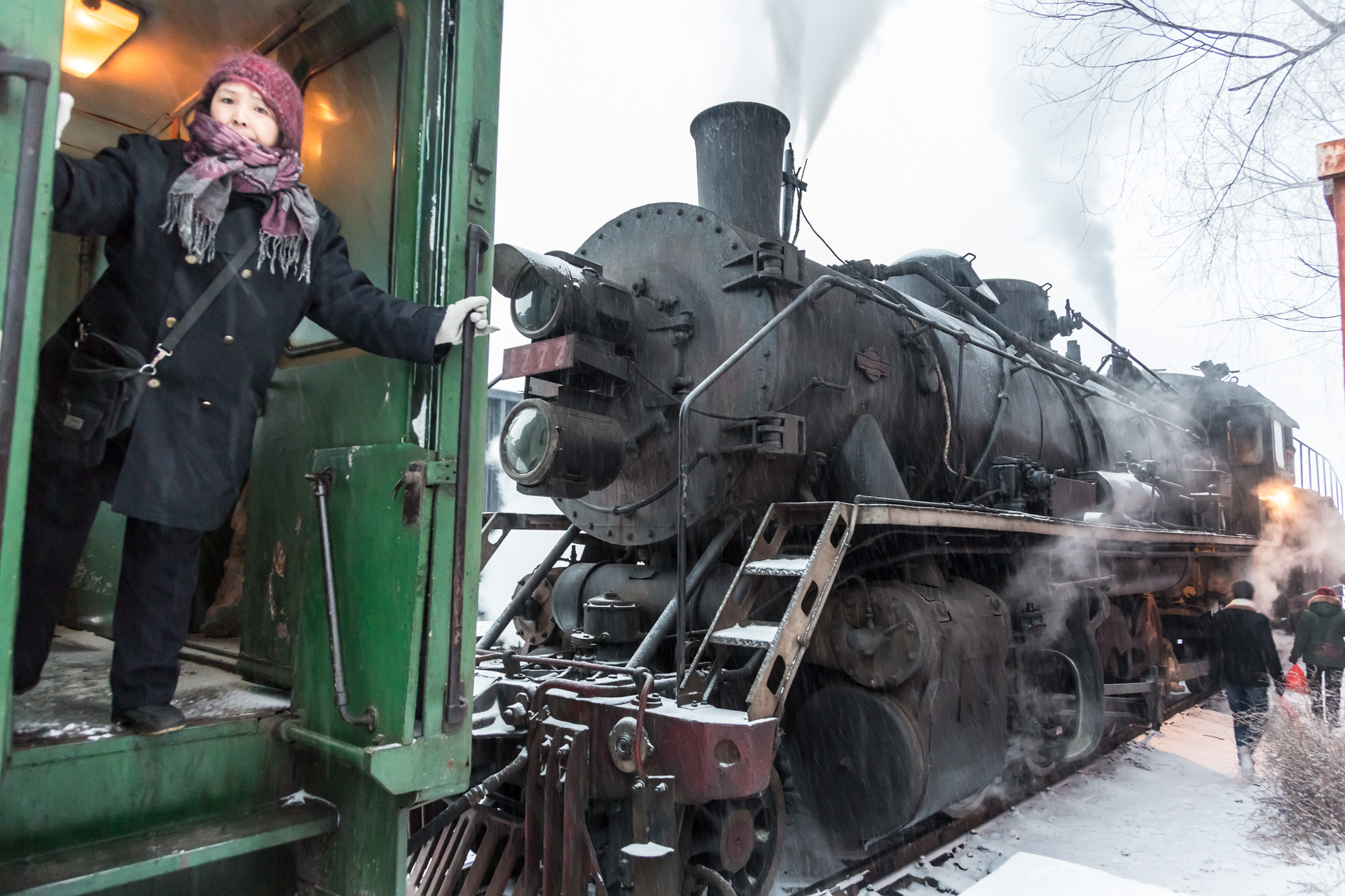 """Alles einsteigen, bitte! Die freundliche Dame betreut """"Ihren"""" Wagen und heizt auch den Kohleofen."""