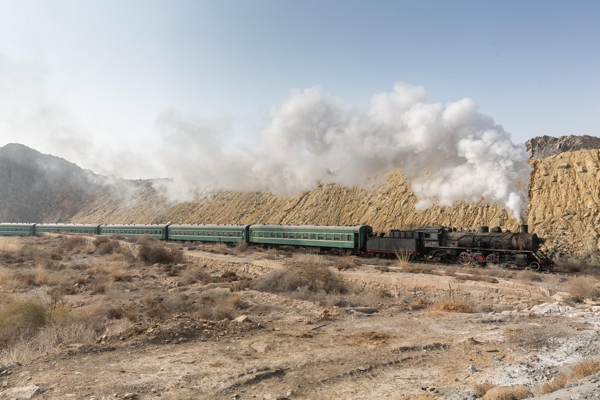 Der wohl allerletzte Personenzug in den Lößbergen von Baiyin auf dem Weg zur Mine. Ende 2015.
