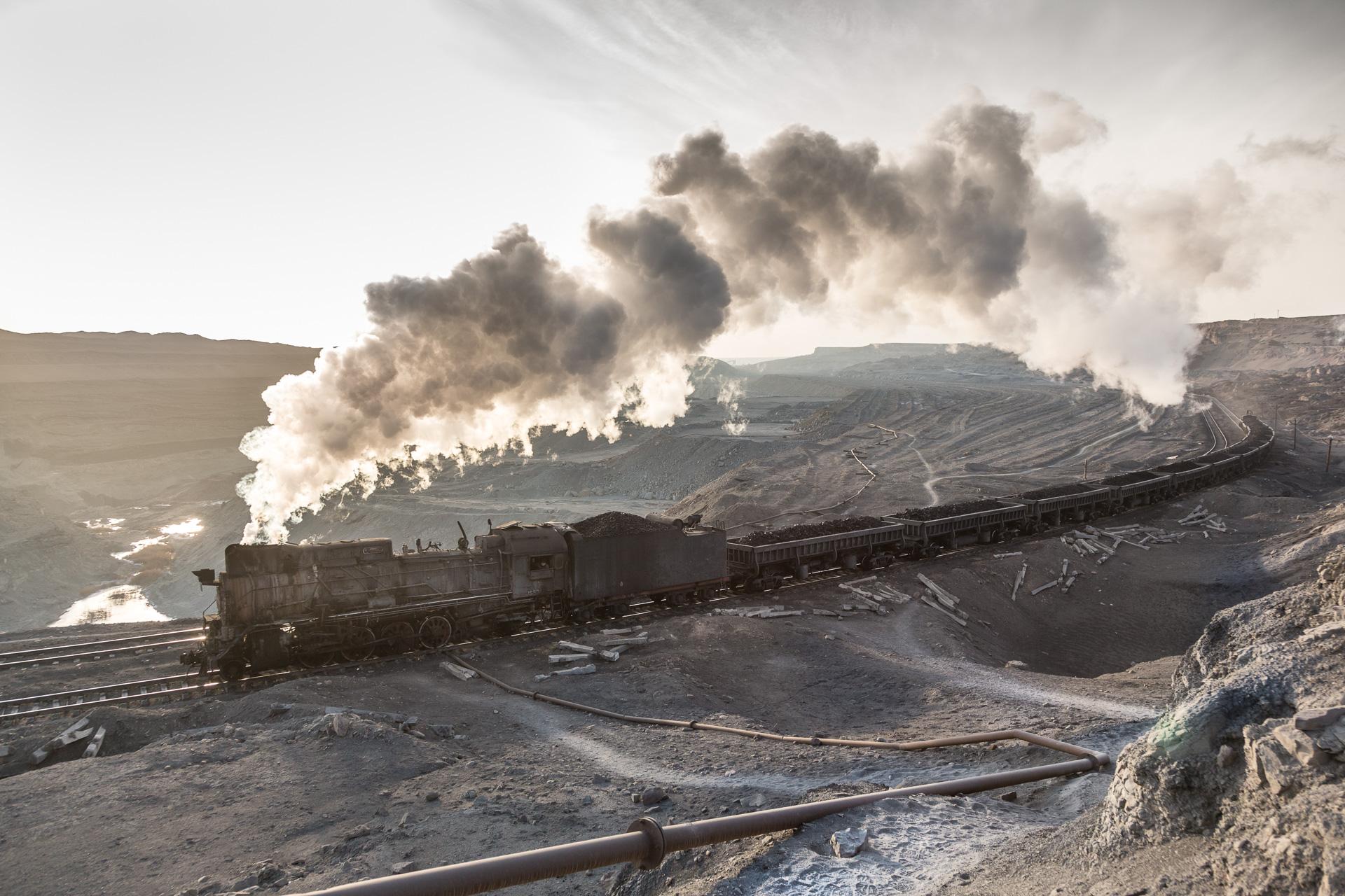 Eine ausgekohlte Grube im Tagebau von Sandaoling, die JS bringt ihren Zug zur Kohlenwäsche.