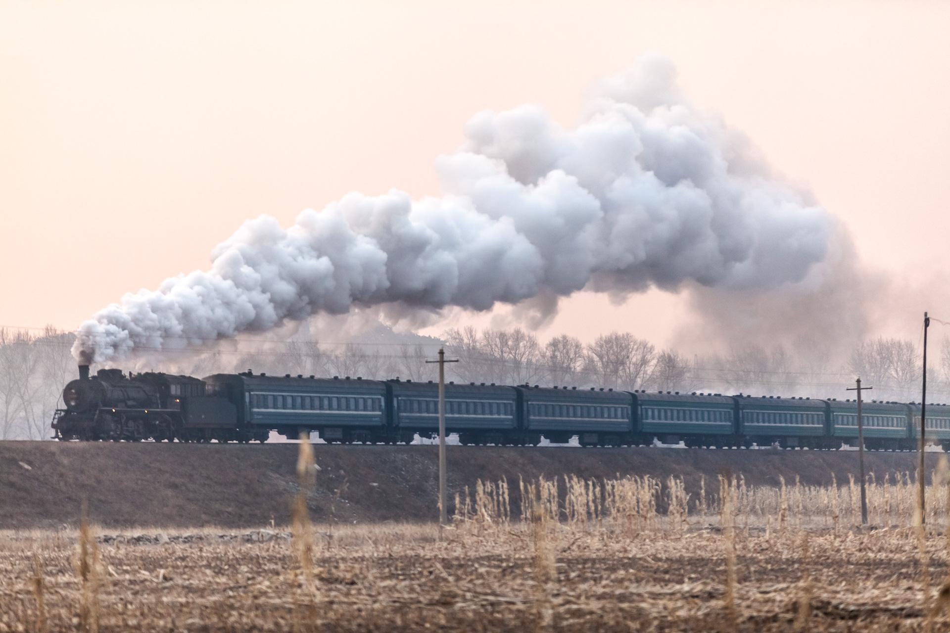 Der Personenzug No. 403 von Diaobingshan nach Dongguatun, Anfang 2014.