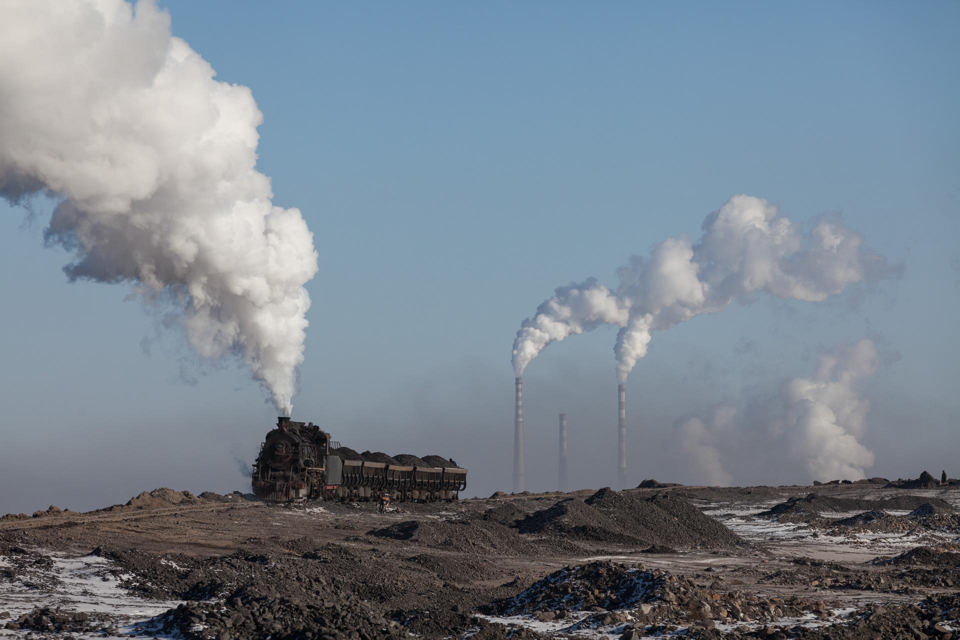 Der Abraum- und Schlackenberg überragt schon lange das Kohlekraftwerk in Fuxin.