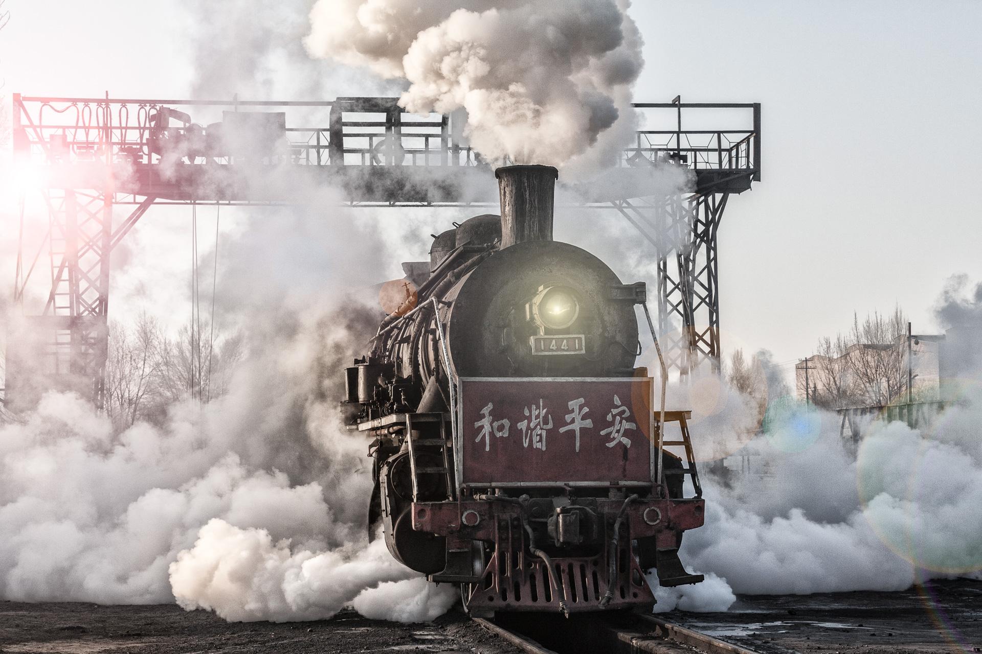 SY 1441  unter dem Kohlenkran der Einsatzstelle Zhuangmei hüllt sich fotogen in tosende Dampfschwaden. Sie wird den nächsten Zug übernehmen.