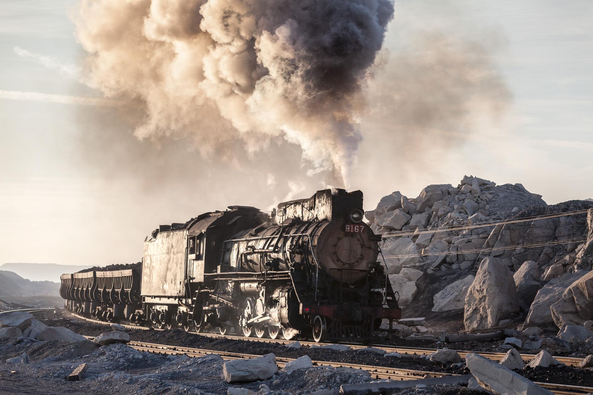 JS 8167  schleppt im letzten Abendlicht einen voll beladenen Kohlezug aus dem Tagebau Sandaoling.
